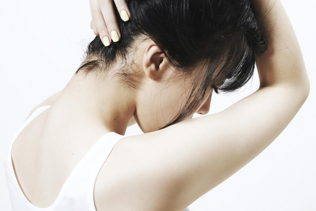 自分じゃ見えない!首の後ろの毛ってどうやって処理するの?のサムネイル画像