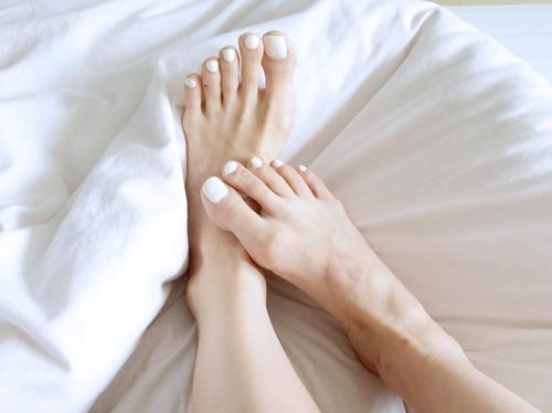 ガサガサ素足、人前に出せる?つるつる滑らか素足になるケア方法のサムネイル画像