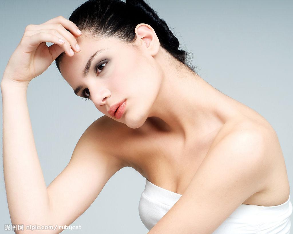 肌の嫌な黒ずみ。瑞々しい透明感を手に入れる簡単な方法を紹介!のサムネイル画像