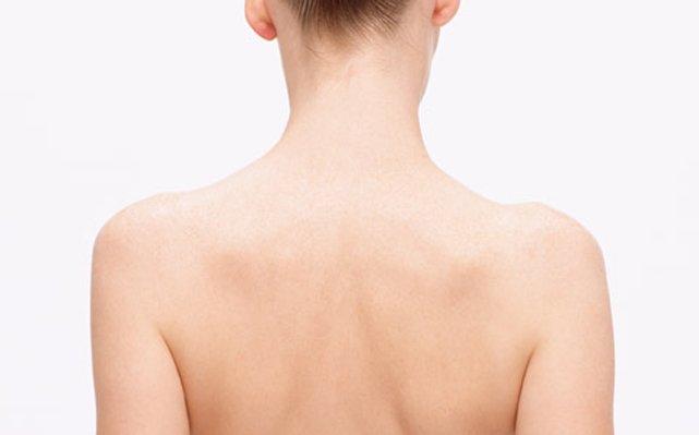 ワックス脱毛で綺麗な背中に。正しいワックスの使い方をご紹介のサムネイル画像