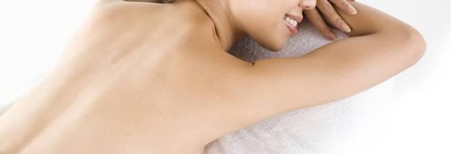 背中の毛に悩む女性必見!お金をかけずに背中をキレイにする方法のサムネイル画像