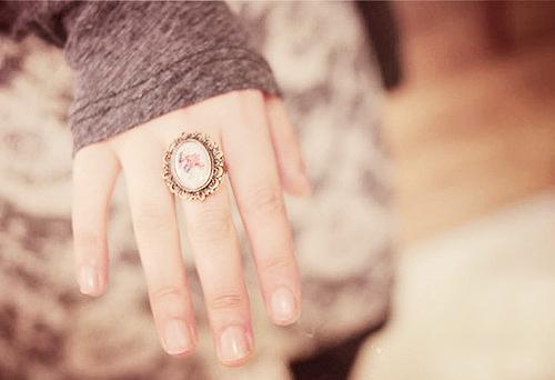 意外に見られることの多い手。手の甲と指も脱毛して手先美人に!のサムネイル画像