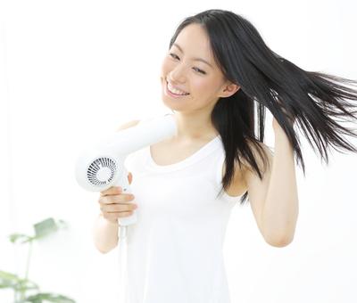 使い方間違ってない!?髪の毛を守るドライヤーの正しい使い方のサムネイル画像