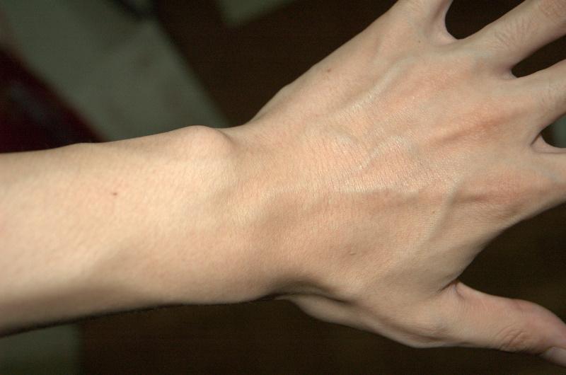 腕が血管がでているのはカッコイイ!そこまで鍛えてみませんか?のサムネイル画像